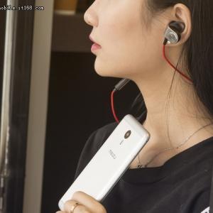 妹子玩手机:持久最重要 魅蓝note3